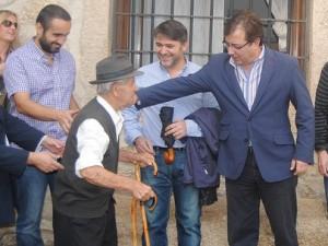 Guillermo Fernández Vara con la gente