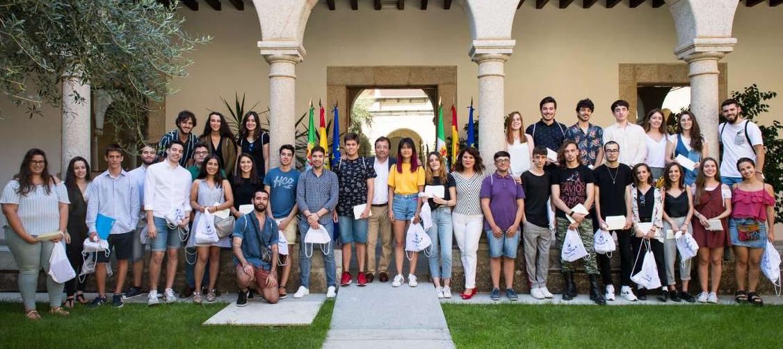 Vara entrega becas a 35 jóvenes que viajarán en agosto por países europeos