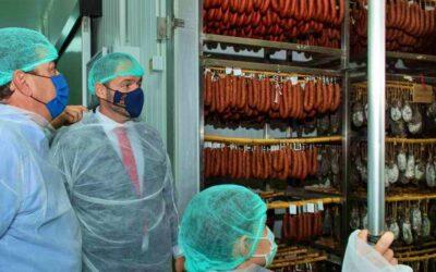Fernández Vara visita en El Gordo las instalaciones de Cárnicas DIBE recientemente ampliadas